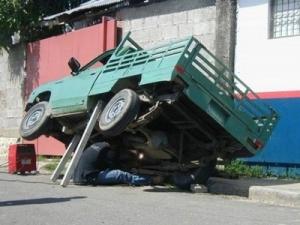 gambar-lucu-benerin-truk